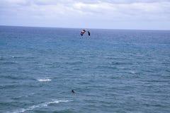 Jumpting κύματα ικτίνων surfer Στοκ φωτογραφία με δικαίωμα ελεύθερης χρήσης