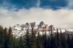 Junção da montanha do castelo no pleno inverno de Banff Alberta fotografia de stock