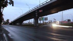 A junção de estrada do tráfego de cidade, estrada da ponte, luzes do carro girou sobre video estoque
