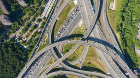 Junção de estrada e tráfego de carros no dia de verão flyover Vista invertido a?rea video estoque