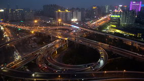 Junção de estrada empilhada elevado ocupada no crepúsculo, Shanghai filme