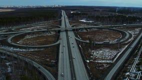 Junção de estrada enorme completamente dos carros e dos caminhões no campo no inverno, vista aérea video estoque