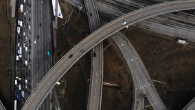 Junção de estrada grande do lapso de tempo na cidade A c?mera vai acima video estoque