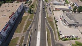 A junção de estrada moderna na cidade, veículos está movendo-se, vista aérea filme