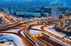 Junção de estrada nas ruas de Moscou na noite do inverno imagem de stock