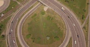 Junção de estrada redonda da vista superior na cidade do smoll no por do sol carros ativos do tráfego de cidade Voo aéreo 4K filme