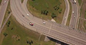 Junção de estrada redonda da vista superior na cidade do smoll no por do sol carros ativos do tráfego de cidade Voo aéreo 4K video estoque
