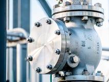 Junção industrial com válvula e parafusos da flange em uma linha da tubulação de elevação fotografia de stock royalty free