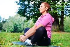 Junções elásticas Exercícios para melhorar os ligamentos Ginástica no ar fresco O conceito da saúde Ioga, asanas imagens de stock