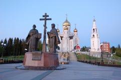 11 Jun 2013 Rusland, khmao-YUGRA, Steeg khanty-Mansiysk van Slavische literatuur, Kerk van de Verrijzenisklokketoren en kapel Stock Foto