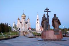11 Jun 2013 Rusland, khmao-YUGRA, Steeg khanty-Mansiysk van Slavische literatuur, Kerk van de Verrijzenisklokketoren en kapel Stock Foto's