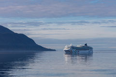 Juneau μεταβάσεων βόρεια ωκεάνια Ολλανδία aqua ειρηνικά ηλιόλουστα φιορδ της Αλάσκας που αλιεύουν τον όμορφο ακριβώς αρκτικό τουρ Στοκ Εικόνες