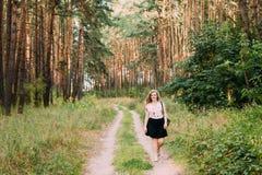 Jung recht plus Größen-kaukasische glückliche lächelnde Mädchen-Frau auf Straße Stockbilder