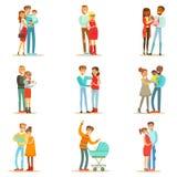 Jung und Eltern mit kleinen Babys und den Kleinkindern erwartend eingestellt von den glücklichen vollen Familien-Porträts Lizenzfreies Stockfoto