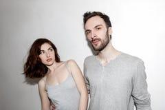 Jung und sorglos Schöne Paare durch die graue Wand Stockfoto