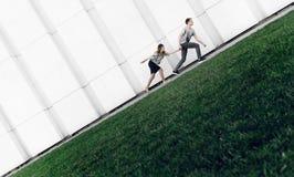 Jung und unmöglich geht erfolgreiche Familie lizenzfreies stockbild