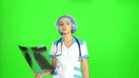 Junge Ärztin, die das Röntgenstrahlbild betrachtet stock footage