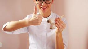 Junge Ärztin empfiehlt Knoblauch als Abhilfe für Unfruchtbarkeit und Machtlosigkeit stock footage