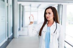 Junge Ärztin hält leere Flasche Stockfotos