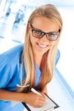 Junge Ärztin mit leerem Klemmbrett Stockfotos