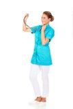 Junge Ärztin oder Krankenschwester mit stethocope Stockfoto