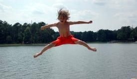 Junge über Wasserfarbe Stockbild