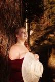 Junge, überladene, blonde Frau mit nackter Schulter genießt die Sonne Lizenzfreie Stockbilder