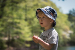 Junge überprüft Natur Lizenzfreie Stockbilder