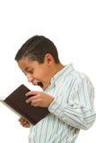 Junge überrascht mit Lesematerial Lizenzfreie Stockbilder