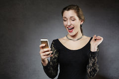 Junge überraschte Frau, die Textnachricht empfängt Stockfotos