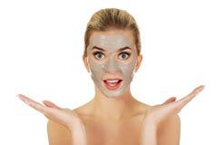 Junge überraschte Frau mit Gesichtsmaske stockfotos