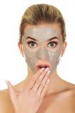 Junge überraschte Frau mit Gesichtsmaske stockfoto