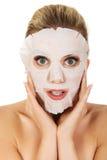 Junge überraschte Frau mit Gesichtsmaske lizenzfreies stockbild
