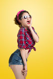 Junge überraschter Retro- Frauen-Käufer mit Pin Up Makeup Retro- St. Lizenzfreies Stockbild