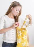 Junge überzeugte Frau mit mehrfachverwendbarer Einkaufstasche Stockfotografie