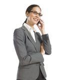 Junge überzeugte Geschäftsfrau, die am Telefon spricht Lizenzfreies Stockfoto