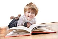 Junge 4 Einjahresjunge, der ein Buch liest Lizenzfreie Stockbilder