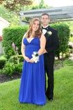 Junge Abschlussball-Paare in voller Länge Lizenzfreies Stockbild