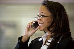 Junge African-Americanfrau, die auf Mobiltelefon spricht Lizenzfreie Stockfotografie