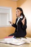 Junge African-Americanfrau mit Büchern auf Tabelle Lizenzfreies Stockfoto