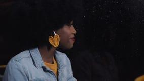 Junge afrikanische Amerikanerin oder Fluggast-Lesebuch im öffentlichen Nahverkehr, Steadicam-Schuss Schwungbewegung Stadt stock footage