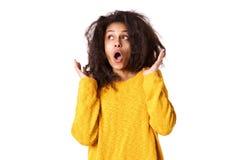 Junge afrikanische Frau, die überrascht schaut Lizenzfreie Stockfotografie