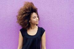 Junge afrikanische Frau, die weg denkt und schaut Stockfoto
