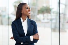 Junge afrikanische Geschäftsfrau lizenzfreies stockbild