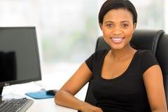 Junge afrikanische Geschäftsfrau stockbild