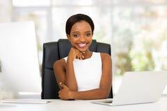 Junge afrikanische Geschäftsfrau lizenzfreie stockfotos