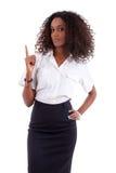 Junge afrikanische Geschäftsfrau, die etwas zeigt Lizenzfreies Stockfoto