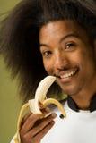 Junge Afroamerikaner-Chef-Holding-Banane Stockfotografie