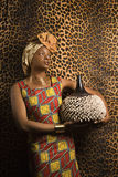 Junge Afroamerikaner-Frau in traditionellem Afrika Lizenzfreie Stockfotos