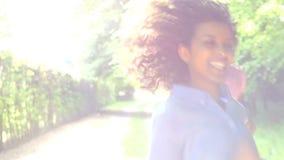 Junge Afroamerikaner-Paare, die entlang Land-Weg laufen stock video footage